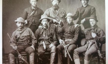 Le paléontologue Othniel Marsh (debout, au centre) entouré de son équipe © MNHN