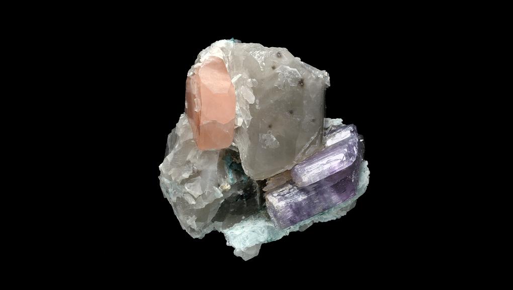Association de différents minéraux, dont certains très colorés, présentant un Béryl rose de variété morganite (N° 204.46) © MNHN - Louis-Dominique Bayle