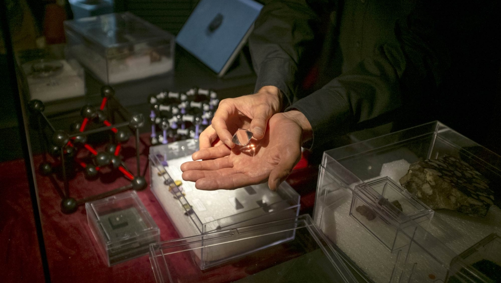 Animation Lumière sur les pierres précieuses - Exposition Pierres précieuses - Grande Galerie de l'Évolution © MNHN - J.-C. Domenech