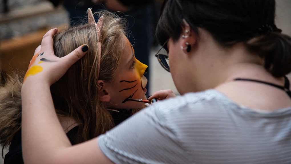 Séance de maquillage © MNHN - F-G. Grandin