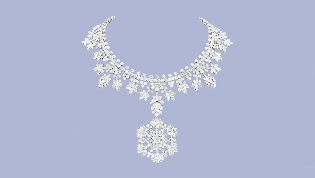 Collier transformable Perce-neige avec clip détachable, 2017. Or blanc, diamants, émeraudes, grenats tsavorites. Van Cleef & Arpels, collection privée © Van Cleef & Arpels SA