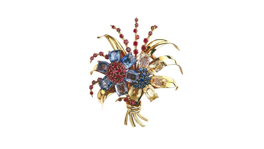 Clip Deux fleurs, 1938, or jaune, saphirs jaunes et bleus, rubis, Collection Van Cleef & Arpels. © Van Cleef & Arpels SA