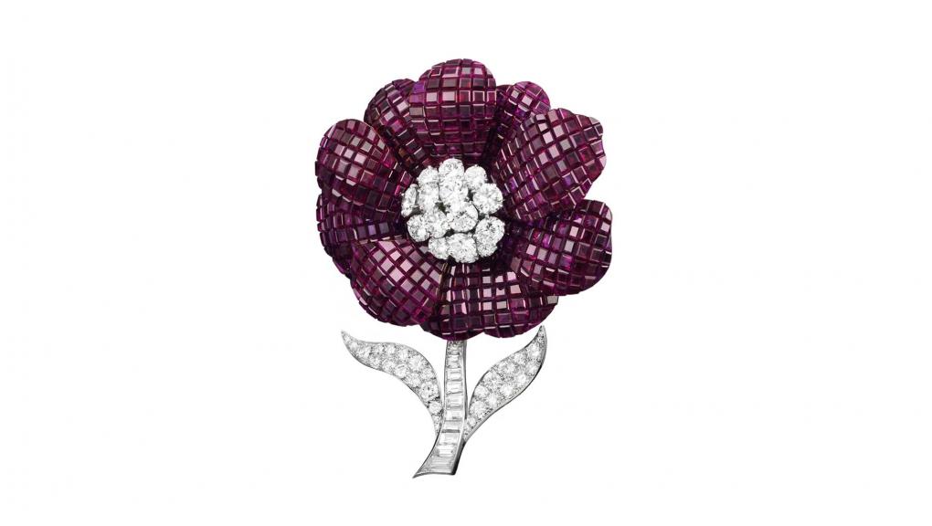 Clip Pavot, 1952. Platine, Serti Mystérieux rubis, diamants. Collection Van Cleef & Arpels. © Van Cleef & Arpels SA