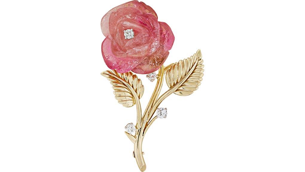 Clip Rose, 1959. Or jaune, platine, tourmaline gravée, diamants. Collection Van Cleef & Arpels. © Van Cleef & Arpels SA.