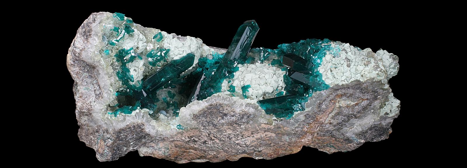 Assemblage de cristaux prismatiques vert profond de Dioptase sur du Quartz (N° 108.1747) © MNHN - Louis-Dominique Bayle
