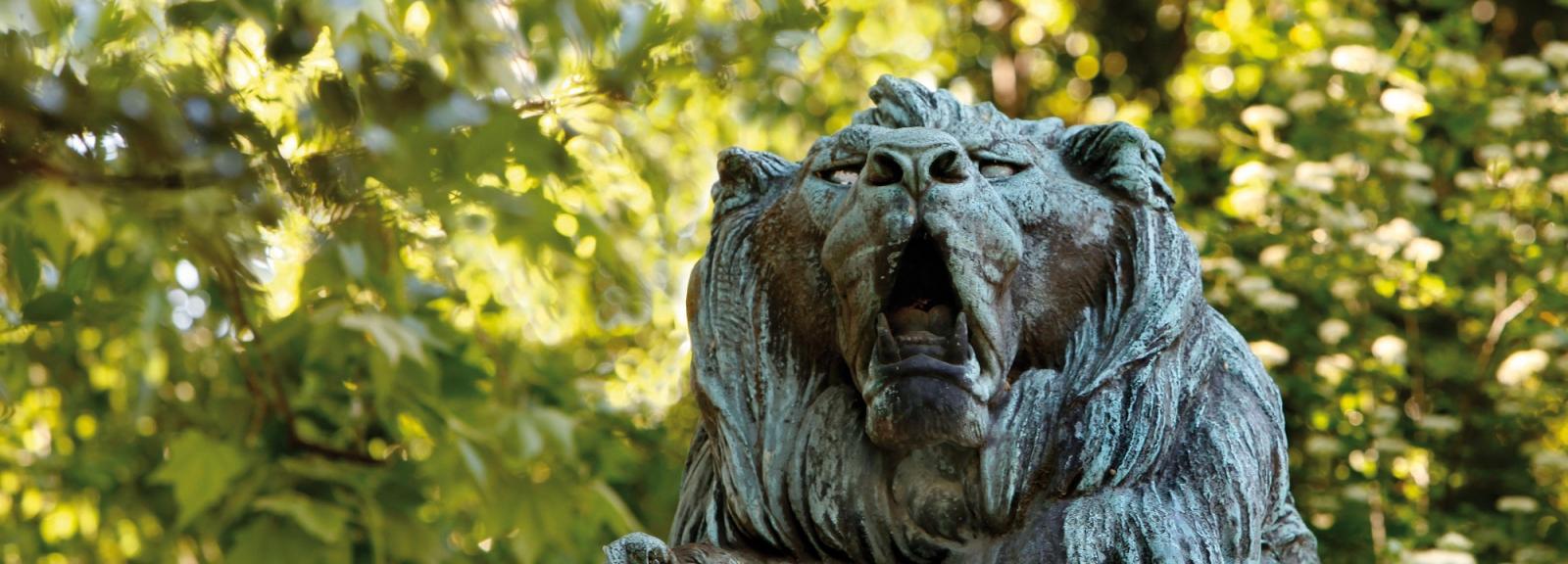 Statue d'un lion et d'un chien. © MNHN - Manuel Cohen