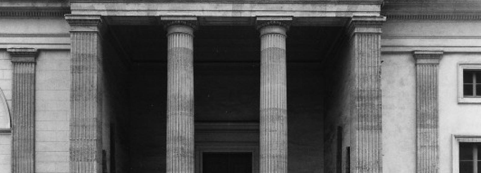 Extérieur de la Galerie de Minéralogie vers 1975 © Fonds Courtauld A et A - art and architecture