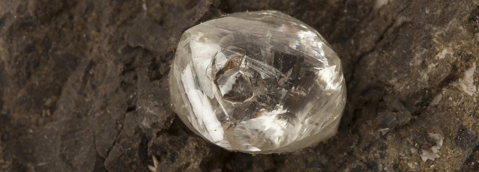 Diamant dans une kimberlite © MNHN - François Farges