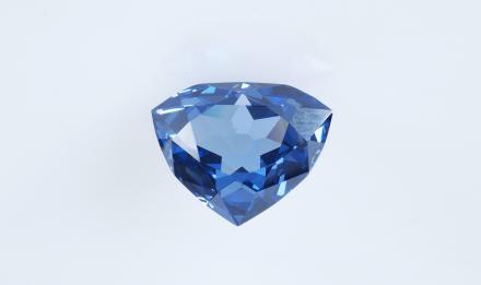 Réplique en zircone cubique bleue du diamant dit bleu français © MNHN