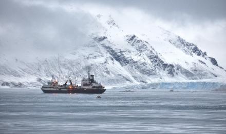 Chalutier dans les eaux de l'Antarctique © CCAMLR