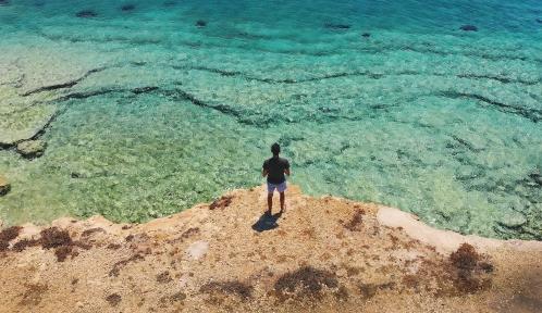 Regard sur la mer depuis la falaise © Luca Baini via Unsplash