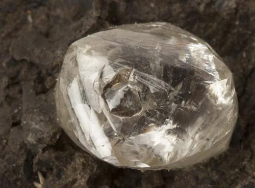 Diamant sur Kimberlite (N°82.141) © MNHN - Bernard Faye