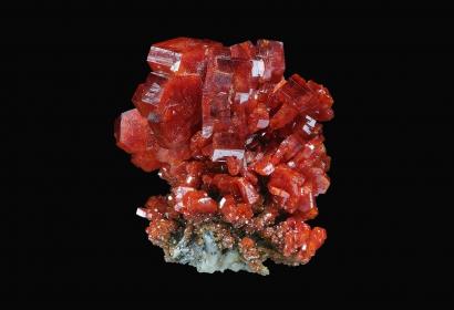Très beaux cristaux hexagonaux de Vanadinite, d'un rouge-orangé très prononcé (N° 203.238) © MNHN - Louis-Dominique Bayle