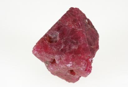 Cristal isolé de Spinelle octaédrique et de couleur rouge framboise brillant (N° 198.162) © MNHN - Alain Dahmane