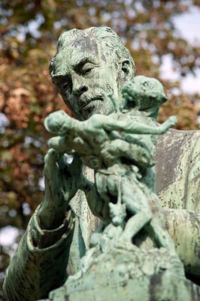 Statue de Fremiet en train de sculpter le dénicheur d'ourson dit Monument à Fremiet © MNHN
