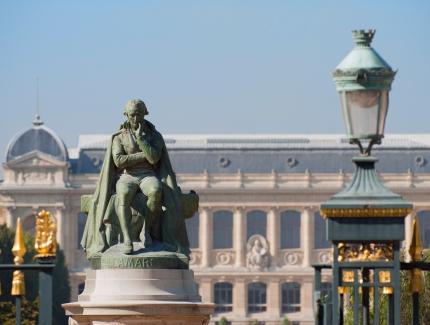 Statue de Lamarck et façade de la Grande Galerie de l'Évolution © MNHN - Patrick Lafaite